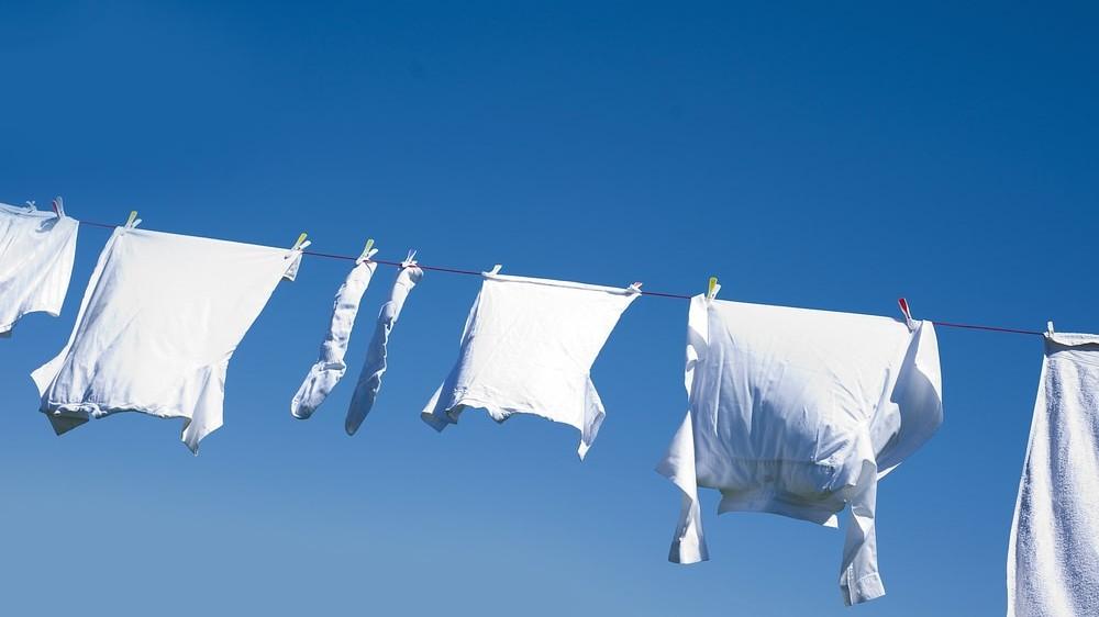 Prendas blancas colgadas al aire libre