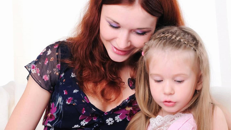 Madre e hija concentradas mirando algo