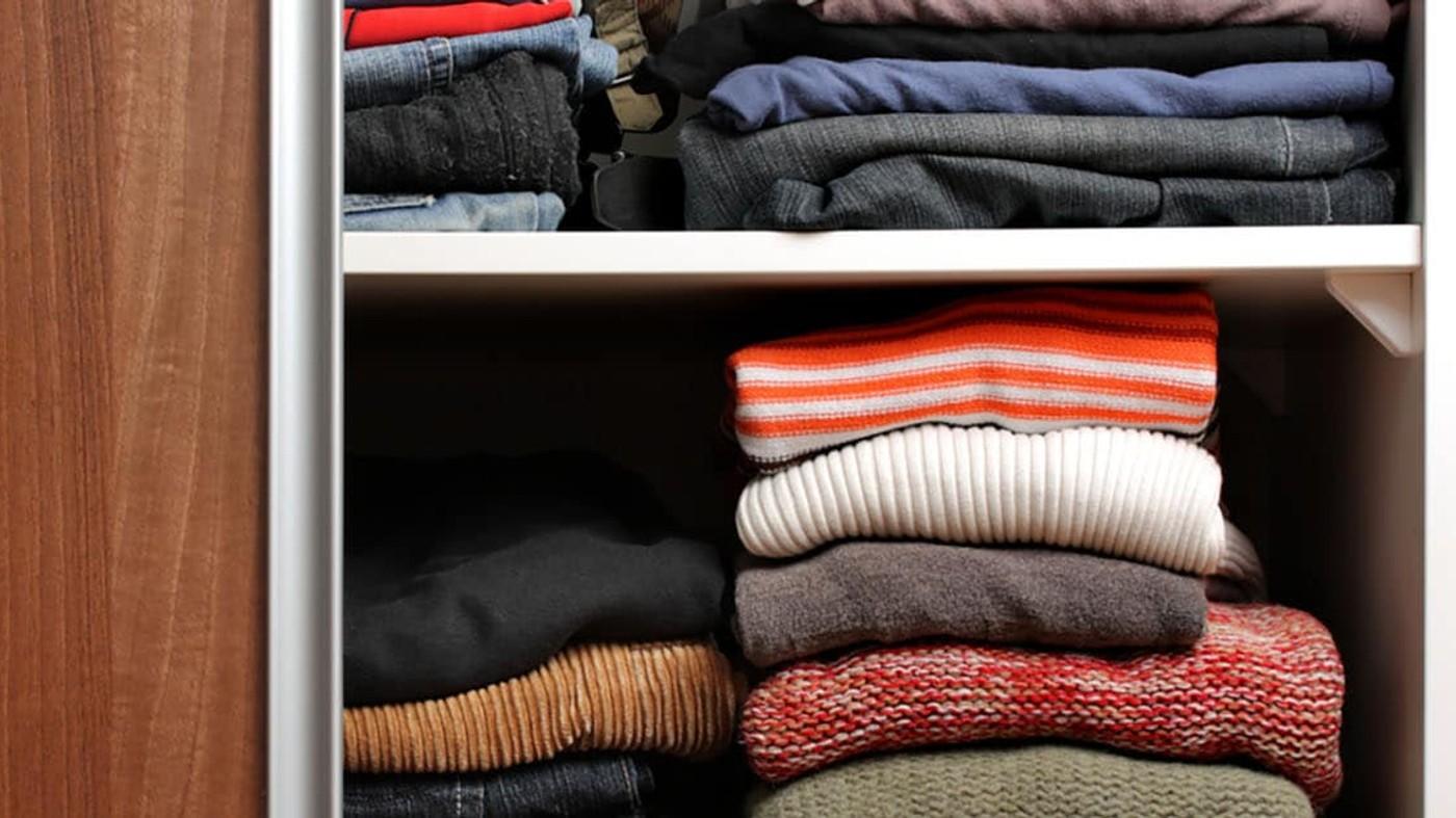 Prendas dobladas en el armario de ropas