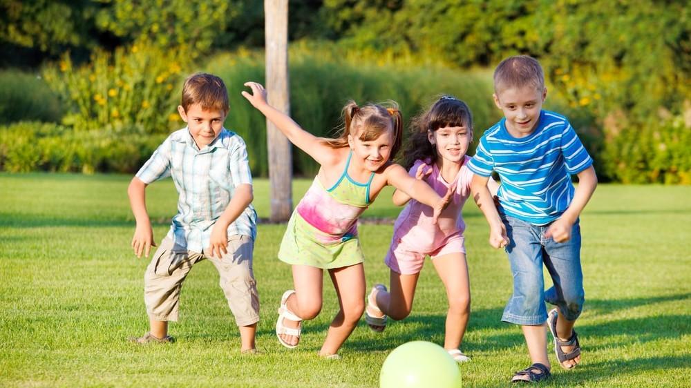 Niños corriendo en el parque