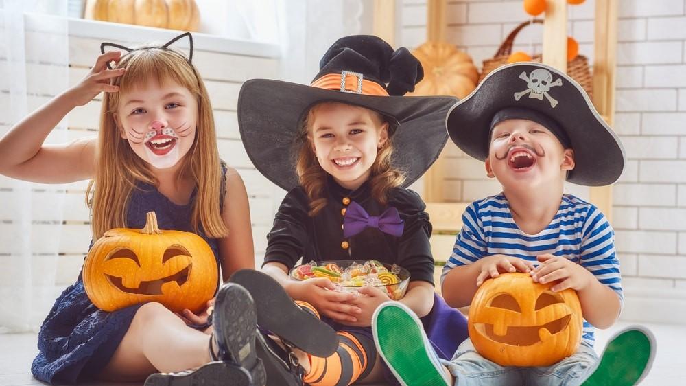 Chicos disfrazados en halloween