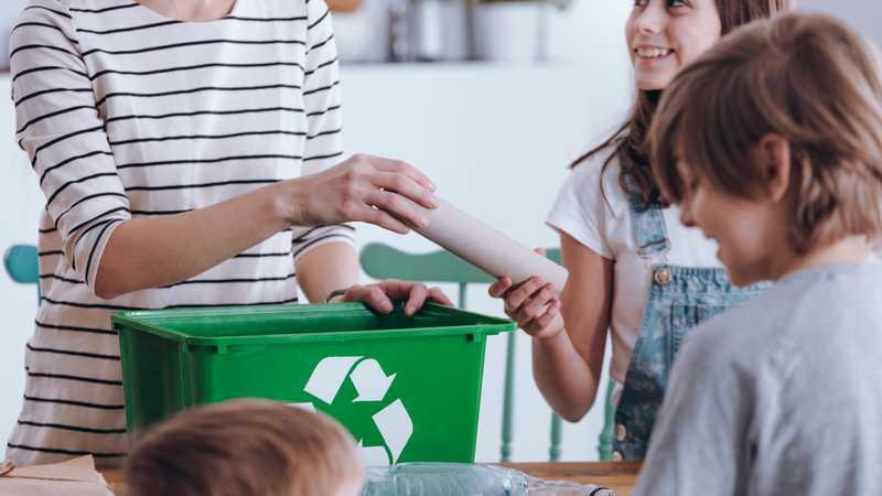 familia reciclando juntos