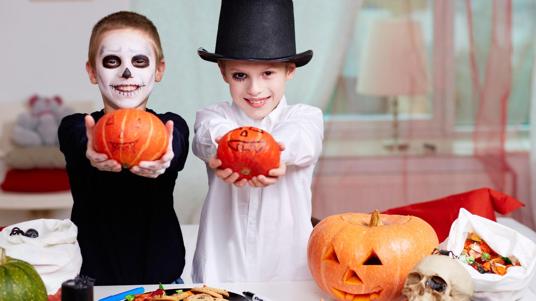 Niños vestidos de halloween con calabazas