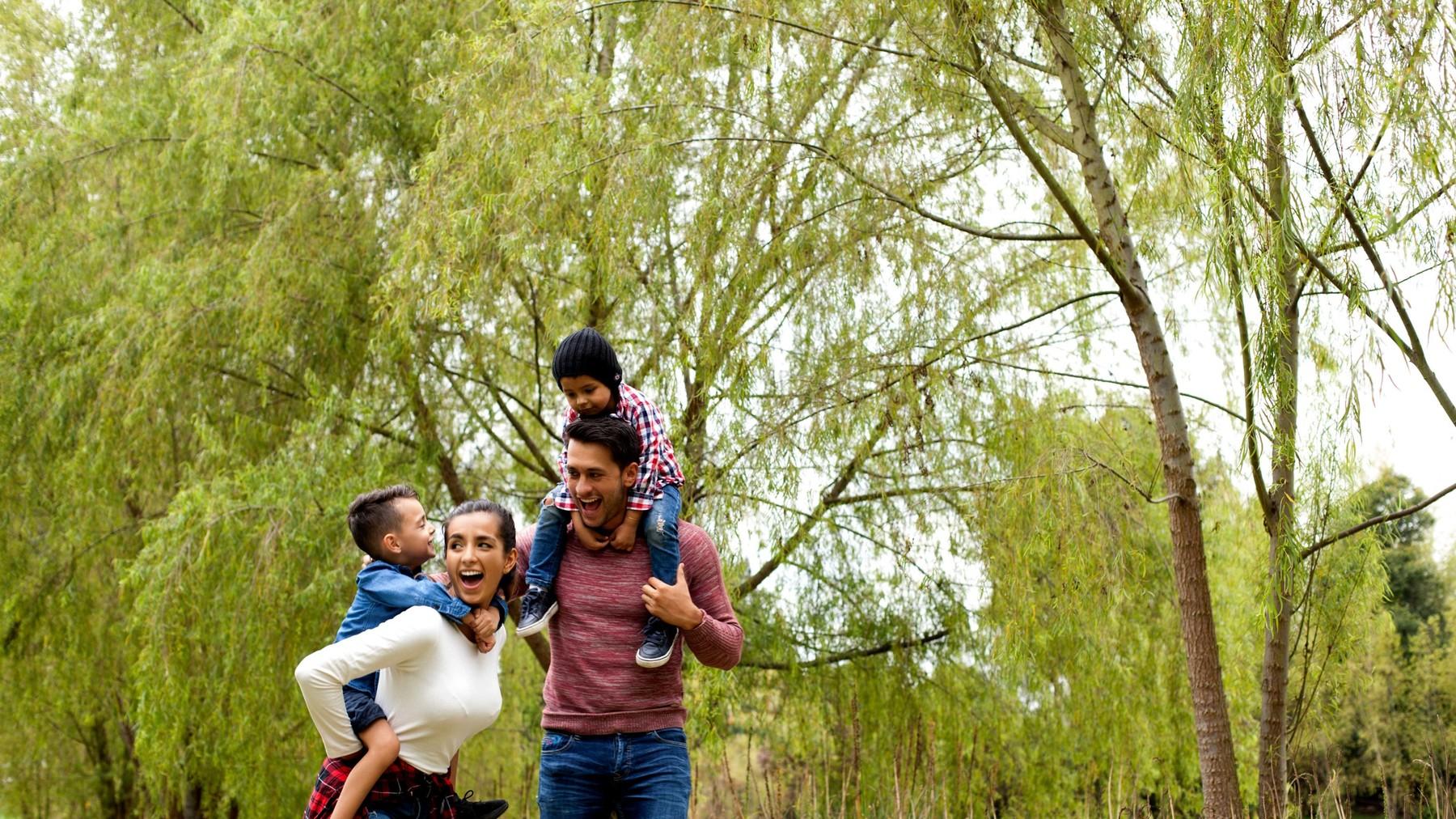 Familia realizando actividades en la naturaleza