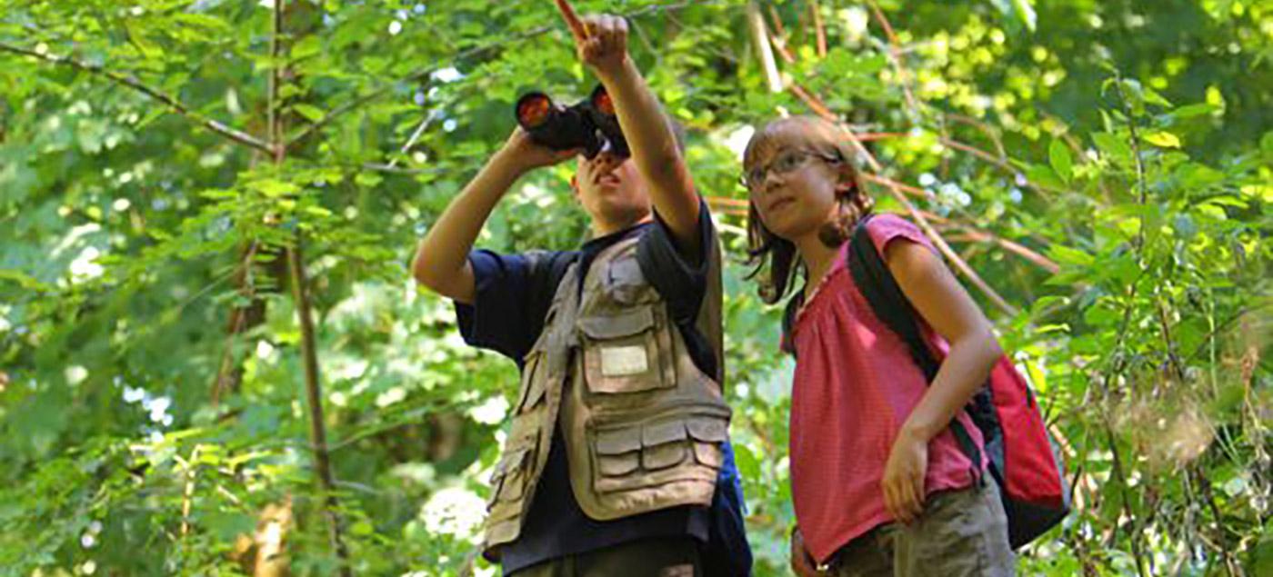 Dos niñas en un bosque