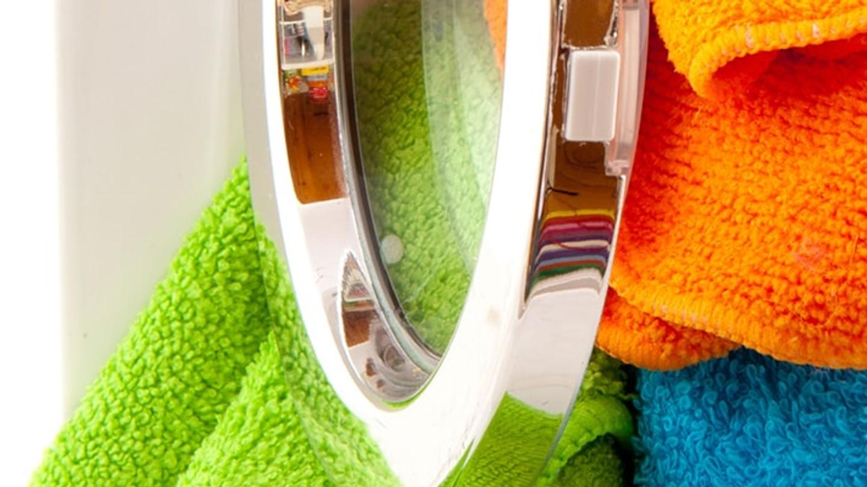 Toallas de colores en la lavadora