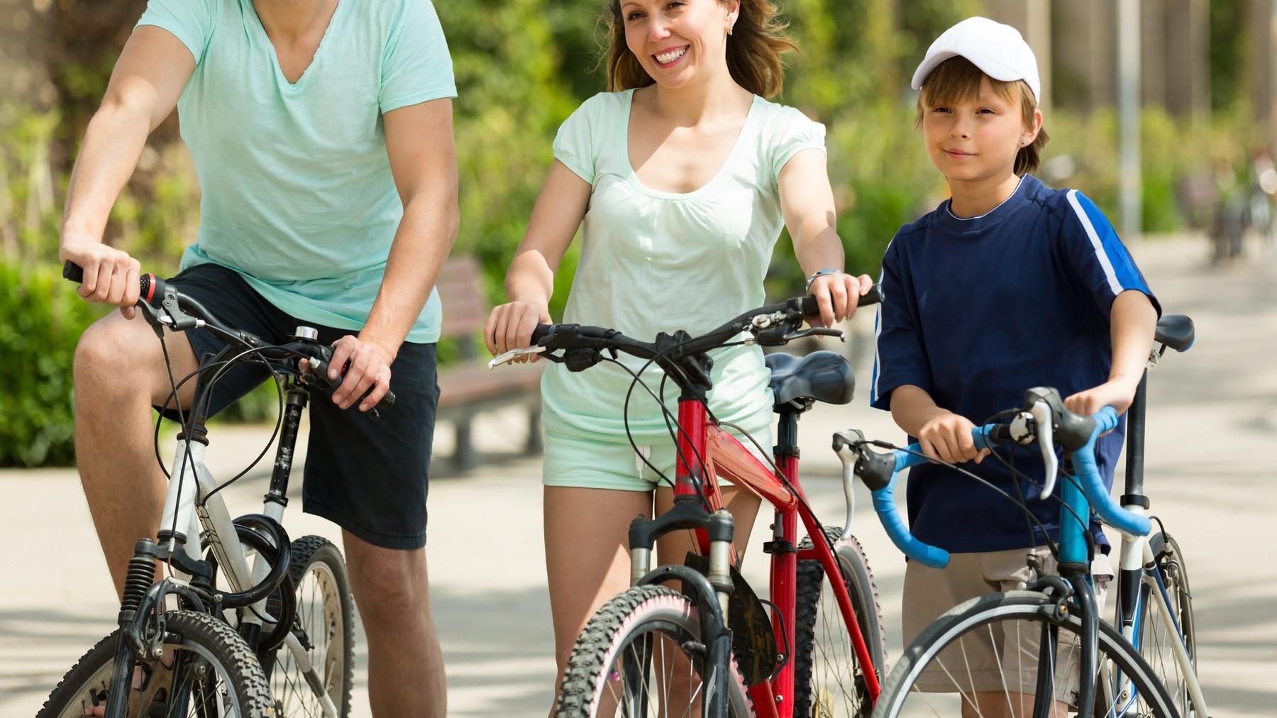 Familia andando en bicicleta