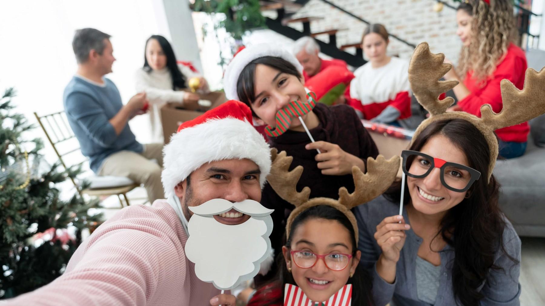 Familia escribiendo cartas en navidad