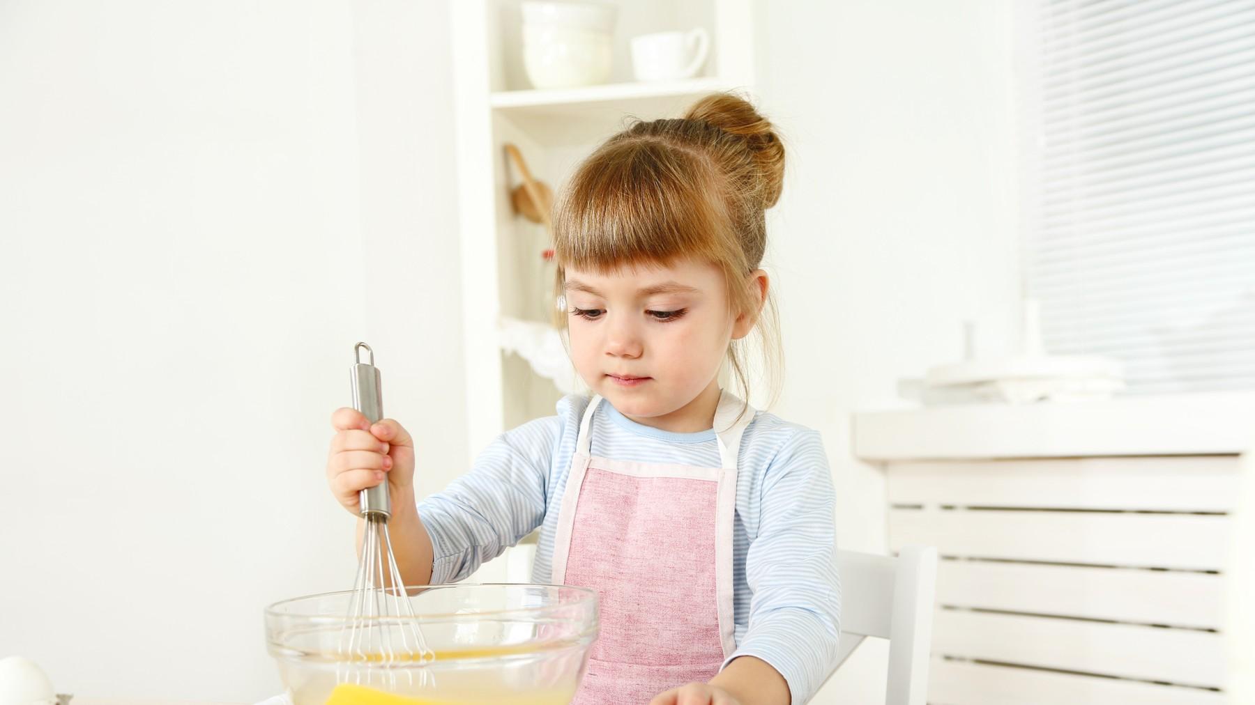 Niña en la cocina batiendo