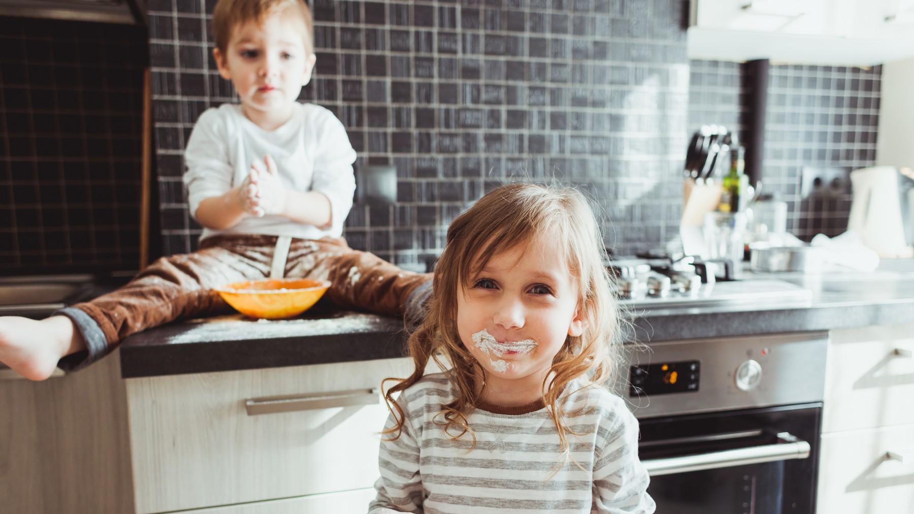 Niños haciendo travesuras en la cocina
