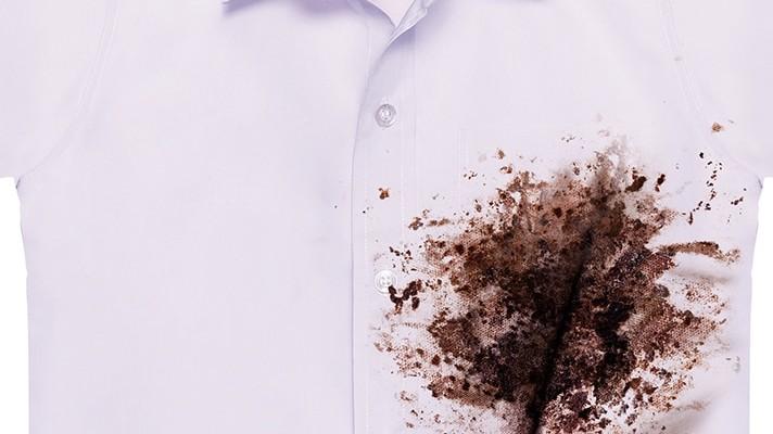 Camisa blanca con mancha