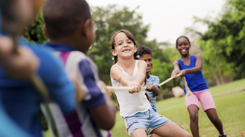 Una competencia entre varios niños en el juego de halar la cuerda