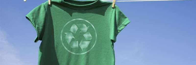 camiseta con logo de reciclaje