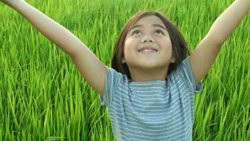 La chica en la hierba