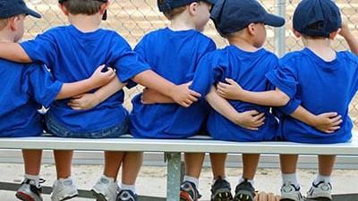 Chicos pequeños abrazados